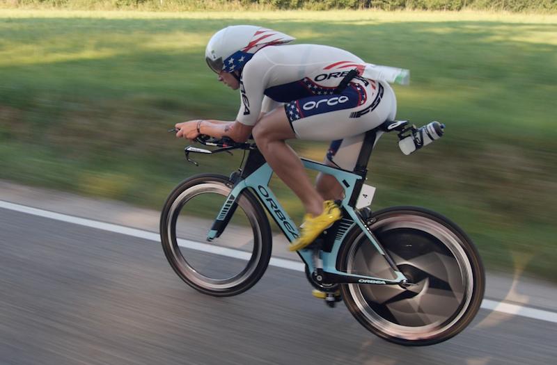 Mit Scheibenrad: der Amerikaner Andrew Starykowicz auf seinem Orbea Ordu. Er ist einer der besten Radfahrer unter den Triathlonprofis und hält den Streckenrekord: 180 Kilometer in 4:04h!
