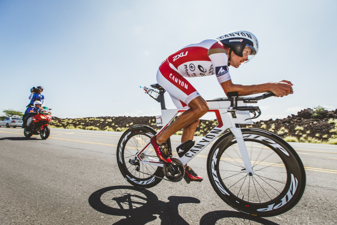 Wie im Backofen: der 1,94m große Ironmanweltmeister Jan Frodeno auf seinem Canyon Speedmax unterwegs zwischen den Lavafeldern auf Kona. (Photo: Iri Greco / BrakeThrough Media)