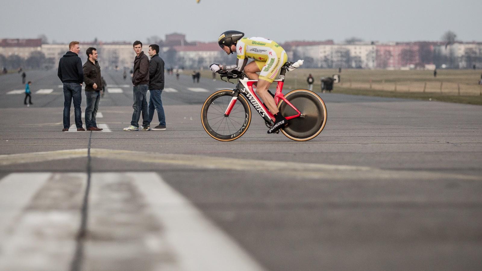 Der Österreicher Christoph Strasser bei seiner 24h-Weltrekordfahrt in Berlin Tempelhof. Auf seinem Specialized Shiv schaffte er 896 Kilometer in 24 Stunden.